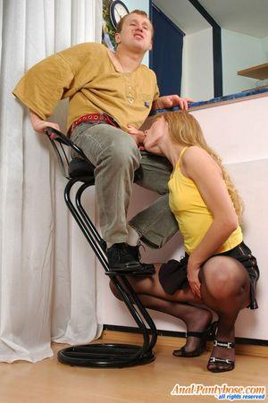 Парень имеет узкую попку милой блондинки 7 фото