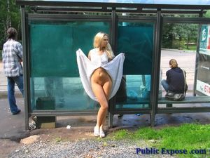 Блонда раздевается на людной остановке 13 фото