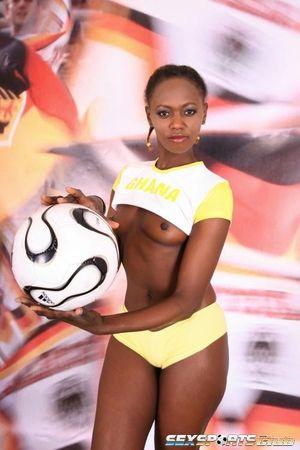 Негритянка фоткается, чтобы привлечь спонсоров к женскому футболу 4 фото