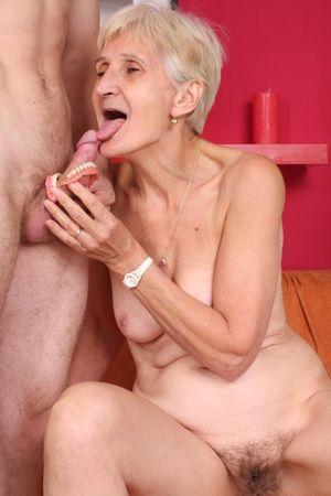 Бабушка дрочит вставной челюстью и ебется с внуком 13 фото
