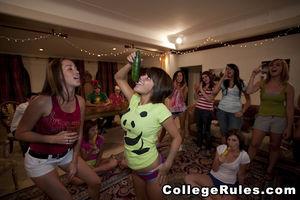 Студентки развлекаются на девичнике со стриптизером 7 фото