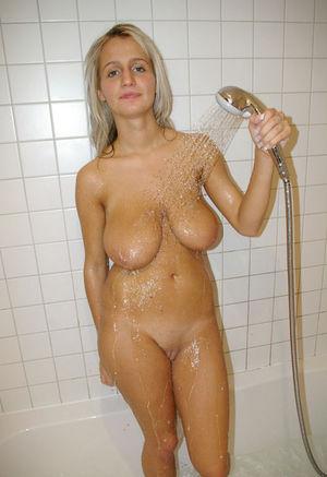 Молодая блондинка с отвисшей грудью 1 фото