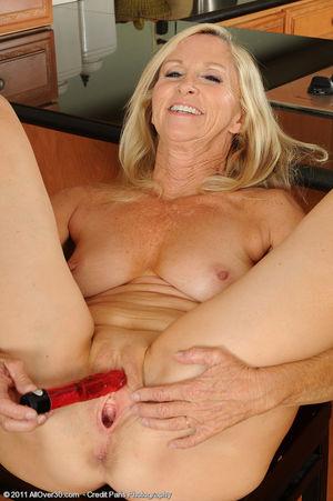 Сексуальная старушка мастурбирует на кухне