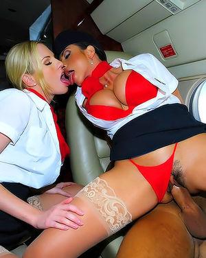Богатый парень трахает стюардесс в самолете 12 фото