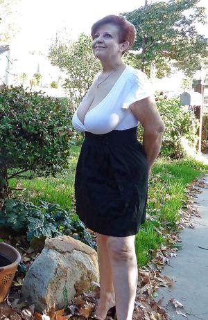 Бабуля без комплексов выставила свои титьки 8 фото