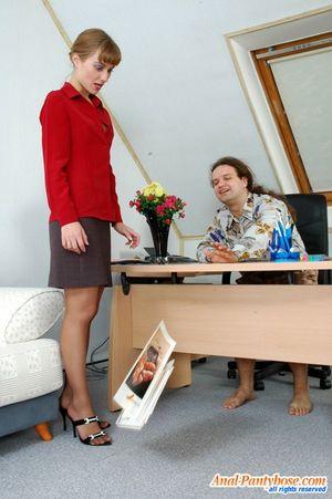Секретарша ублажает босса на работе. 2 фото