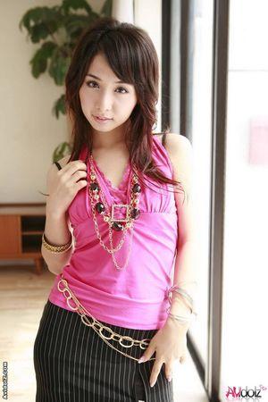 Стройная азиатка в деловом костюме 10 фото