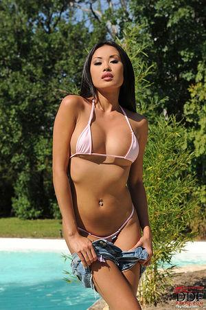 Классная азиатка показала себя возле бассейна 4 фото