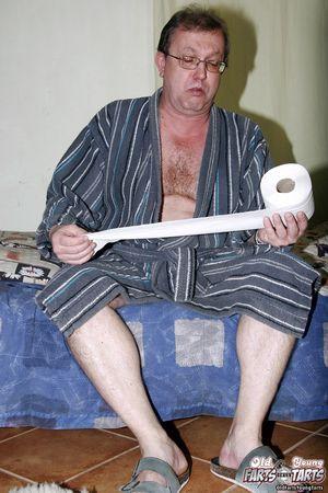 Старый пузатый мужик поимел молоденькую медсестру у себя в квартире 3 фото
