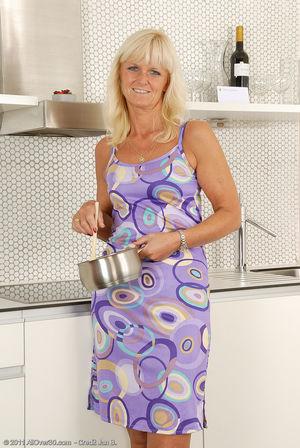 Пожилая блондинка раздвинула ноги на кухне 11 фото