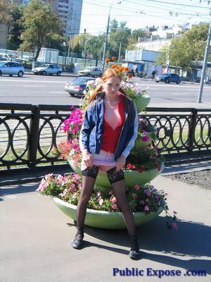 Рыжая девушка показала маленькие сиськи на улице 6 фото