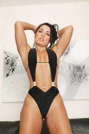 Девушка с широкими бедрами в черном купальнике 6 фото
