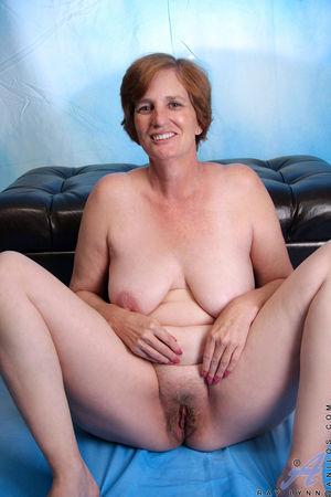 Бабушка попробовала мастурбировать подарком внучки 8 фото