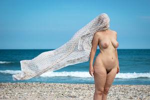Голая женщина с широкими бедрами на пляже 14 фото