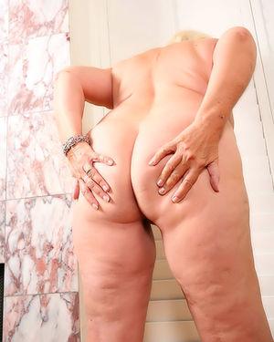 Пожилая развратная толстуха сильно увлечена мастурбацией на фото 12 фото