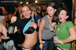 Пьяные бабы набросились на пенисы стриптизеров во время вечеринки 0 фото