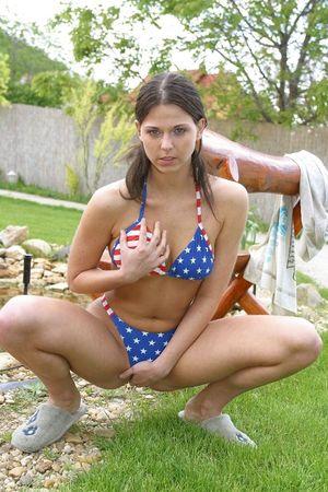 Нежная девушка во дворе своего дома сняла купальник и мощно соблазняет 6 фото
