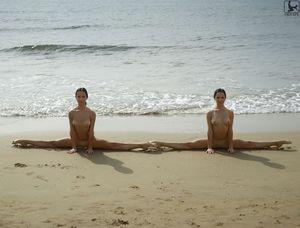 Сладенькие гимнастки отдыхают на пляже 14 фото