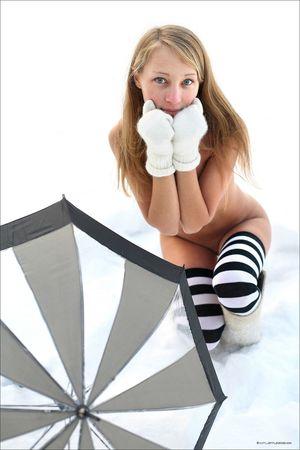 Зимняя фотосессия русской девицы в лесу 7 фото