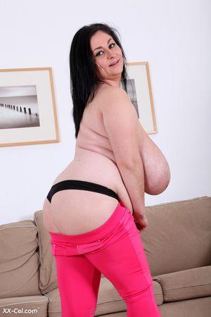 Темноволосая толстуха с огромной грудью с венами. 6 фото