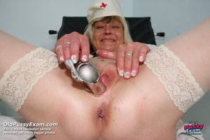 Бабенка расширила пизду гинекологическим зеркалом ради большого дилдо 0 фото