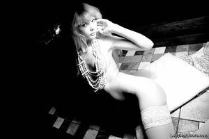 Черно-белые фотки красивой девушки в чулках 11 фото