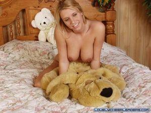 Блонда в униформе мастурбирует дилдо 18 фото