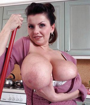 Дама наводит уборку на кухне вывалив большие груди 5 фото