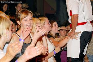 Пьяные девушки сосут мужикам в клубе 3 фото
