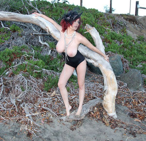 Сочная Tessa Fowler гуляет на берегу 9 фото