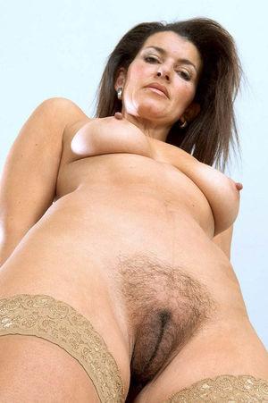 Зрелая тетка мастурбирует свою мохнатую письку 4 фото