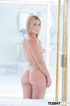 Блондинка с упругой попкой 9 фото