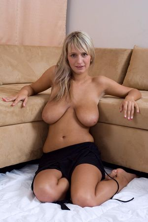 Блондинка с большими титьками 9 фото