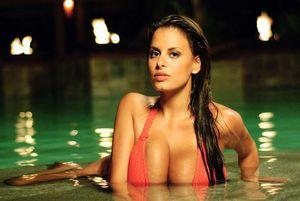 Телка с большими буферами плавает в бассейне 8 фото