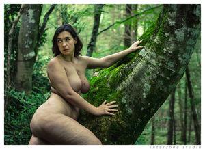 Сочная толстушка делает прекрасные фото на природе голышом 5 фото