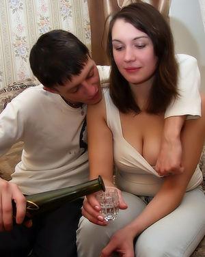 Молодая пара занимается нежным сексом на диване 2 фото