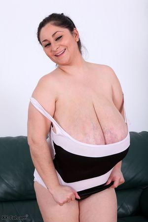 Пухлая женщина выставила сое вымя 18 фото