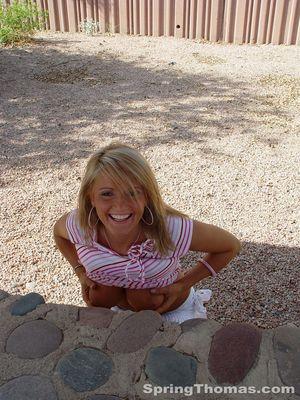 Блондинка задирает юбку в публичных местах 3 фото