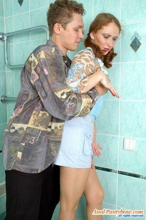Выебал в туалете русскую молодуху в жопу 5 фото