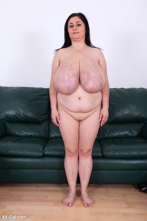 Пухлая женщина выставила сое вымя 3 фото