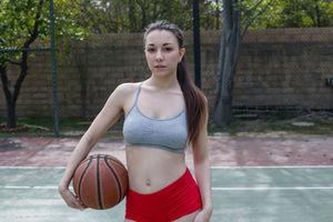 Негр трахнул брюнетку на баскетбольной площадке 4 фото