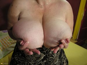 Толстая баба дрочит жирную пизду на кровати 5 фото