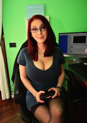 Любительница компьютерных игр показывает свои сиськи 13 фото