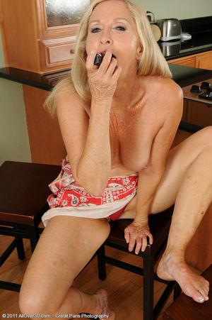 Сексуальная старушка мастурбирует на кухне 12 фото