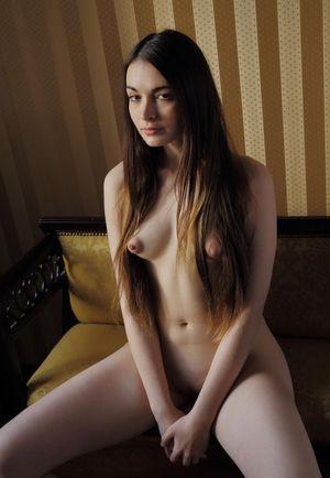 Длинноволосая девушка мастурбирует свою киску