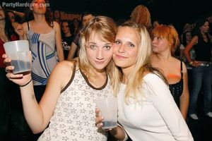 Напились и давай трахаться в ночном клубе 13 фото