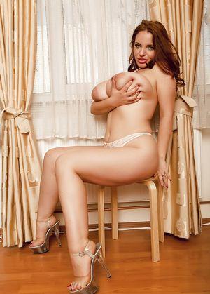 Сексуальная женщина с пышной большой грудью 8 фото