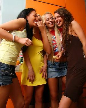 Четыре очаровательные лесбиянки шалят на кухне 8 фото