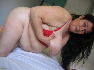 Жирная старая баба мастурбирует с помощью большого кабачка 8 фото