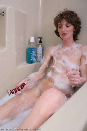 Похотливая милфа дрочит в ванной 2 фото